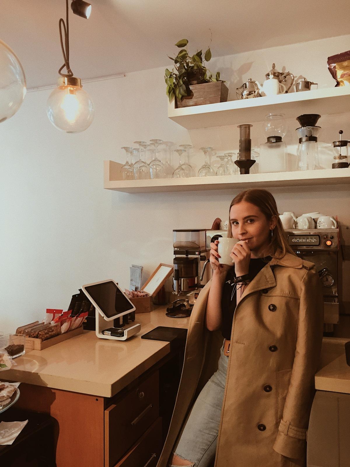 'Must have': La gabardina y uncafé